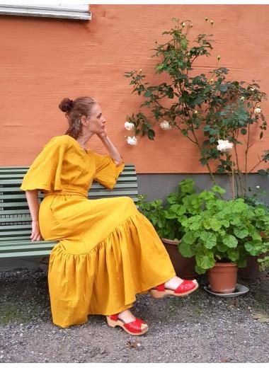 Gul/guld. Volangklänning