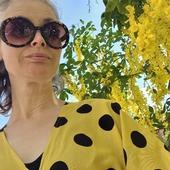 På väg att hälsa på mamma på boendet. Älskar den här sträckan såhär års, gullregn så långt ögat når. Doften! Och jag matchar 😄