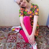 Gissa skivomslaget? Nya solblommaklänningen i eget ekologiskt tyg som kommer snart. Och såklart velourleggings. Älskar velourleggings. Nån dag måste jag visa klänningen ihop med olika färger. Jag är lite fånig så, tycker det är så otroligt skoj att prova kombinationer. #hållapå Till denna tänker jag rosa, gula eller gröna velourleggings. 💖💛💚 PS På måndag kl 20 släpper jag nya kimonojackor. Solblommaklänningen kommer troligen också i veckan, ska bara fota dem först. 😊 Ha en fin kväll!