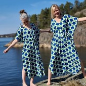 Floryd + Rino = ute nu! Man skulle kunna kalla detta samarbete en supermatch eller en sagolik kärlekshistoria. I en kärlek till färg, mönster, lek, feminism och kvinnligt företagande möts FLORYD (My Floryd Welin) och RINO (Carina Lindgren). Båda lekfulla och kvinnliga företagare med färgstarka produkter. Det svenska klädvarumärket RINO skapar färgglada kläder med lång hållbarhet, där lekfull slow fashion står högt i kurs. Detta var en perfekt samarbetspartner för FLORYD. Klänningsmodellen Fjäril andas 70-tal och möter omsorgsfullt Floryds mönster med inspiration från naturen och 60-70-talet. En ledig rymlig modell som passar de flesta kroppar. Dessa klänningar säljs endast i en begränsad upplaga. 🌞 Alldeles alldeles snart är vi där. I klänning vid det glittrande vattnet.