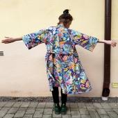 Jag ville prova att göra en kimono i ett stelare tyg. Detta är bomull, en kraftigare sort med ett tropiskt mönster. Spännande blad, tukaner och grejer. Det är kul att se hur olika uttryck ett plagg får beroende på material. Den här kimonon får nästan lite kapp-känsla. Vår-kapp-kimono 👍 Och visst var det vår i luften idag? Nån mer än jag som tog vårjackan?