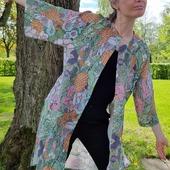 Stolt att få presentera Rinos nya samarbete: en linnekimono i ett mönster av @cecilia__pettersson Kimonon är sydd i mjukt linne och har fått ett entusiastiskt mottagande av dem som fått tjuvkika på den i butiken i veckan. 🥳 @cecilia__pettersson är en formgivare som älskar mönster och tuschpennor. Och blommor. Hennes formspråk är lite annorlunda än mitt så vi kompletterar varandra fint tycker jag. Kimonon finns i min webshop rino.se nu!