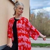 Ingen sommar är komplett utan minst en bra kimono i garderoben. Välj bland starka färger, mönster eller guld. Alla med fickor. Sydda i svala, mjuka tyger.