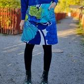 Kjolar! Jag har kommit fram till att det här är kjolmodellen jag oftast återkommer till. En slags baskjol som både kan vara stillsam och gladmönstrad. Nu finns ett gäng - glada och stillsamma - kjolar i webshoppen. ⬅️ 🥳 Snyggingtyget på bilden är designat av #louisecarling ❤ PS Min energi räcker inte till att ordna släpp just nu. Hoppas att ni är ok med det. Lova att ni ändå går in och kikar runt i shoppen, för jag har så väldigt mycket fint just nu. ❤