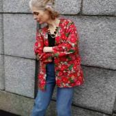 Bedårande tyg i kimonojackan. Broderier, rosor, bokmärken.. nån mer än jag som är svag för sånt? Har faktiskt kvar mina gamla bokmärken, hade dem sorterade efter motiv 😂
