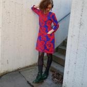 Blått och rött, ovanlig färgkombo för mig men jag gillar den. Jag har fått frågor om mitt tyg (som heter feministvallmo) kommer i andra färgställningar. Jag vet inte.. Skulle ni vilja se det i andra färger? I så fall vilka? 🌈 Nu finns nya klänningar i detta! S till 2XL. Klicka på bilden för länk. Fri frakt fortfarande.