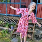 """Här hänger jag på somrarna. Eller stugan är 10kvm och barnen vill inte längre följa med så vi sover inte över. Men ändå. """"Kvinnor som vågar"""" i rosa kommer ikväll. Kimono, Anemonklänning och tyg (bomullssatin samt påfyllning av trikån)."""