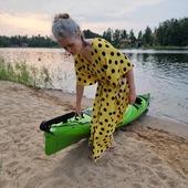Fin kajaktur med Ludvig ikväll. Fast det var rackarns jobbigt att dra båten till och från stranden så det är tveksamt om vi orkar göra om det. 😅 Fjärilsklänning som alltid, det plagg jag använt absolut mest i sommar!