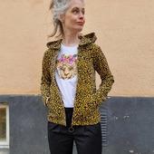 Den lilla leopardvännen kom till när jag var bortrest (just innan corona). Köpte ett ritblock och tecknade av nån anledning sida efter sida med leoparder. Hade inte en tanke då på att hen kunde bli ett mönster (kimonon ni vet) men en T-shirt blev det. Tishan är mjuk och lite oversize. (länk i bild) Och ja, LEOPARDMUNCKJACKA. Matchigt värre 😂 Munkisen är sydd i ekologisk velour och kommer snart tillsammans med munkjackor i tre egendesignade tyger. Hur spännande!