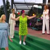 Vilken klänning är Rino?! Tittade ni? 💚💚💚 #allsångpåskansen #wearhappycolour Sista bilden är lånad från @annwestinkomik