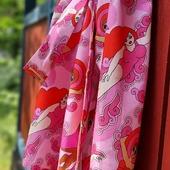 Simmono! Nu är den på gång, en ljusrosa Kvinnor som vågar-kimono! Tyget är den här gången i bomullssatin och kommer i kimono, klänning och metervara. Jag försöker få ut dem i webshoppen imorgon. Hoppas ni gillar färgen!