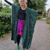 Favoritfärger. Grönt och svart med poppar av rosa och lila. Det här är den tredje kaftanen som kommer på rino.se imorgon kl 20.00. Kjolen sydde jag för typ tio år sen i ett av de finaste tygerna jag vet, Rapsodi av Ritva Wahlström.