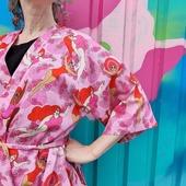 """Har ni badat än? För alla badnymfer och badkrukor kommer här en badbomb nu när sommaren äntligen är här. Inte mindre än tre olika """"Kvinnor som vågar"""". 🌊 Kimono. 🌊 Klänning. 🌊 Metervara (bomullssatin). Släpp i webshoppen idag måndag kl 20.00."""