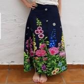 Har ni någon sommarlängtan än då? Nu sänker jag priset på flera av fjolårets klänningar, kjolar och byxdressar. OCH fri frakt fortfarande. 🌸🌻🌈 #maxiklänning #byxdress #blommigt #färggladakläder #sommarklänning #supportyourlocalartist #smallbiz