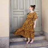 Så många nya sommarfavoriter. Nu: Volangklänning! Extra allt på den. Härligt vida ärmar som täcker men ändå är svala, knytskärp i sidorna, bra fickor och ja, en vippig volang. Hoppas ni gillar den!