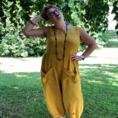 Typiskt skön byxdräkt med knytfickor. 💛 @fasterlina 📷 @elinpippi #gul #rinobyxdress #byxdress #prickig #färggladakläder