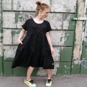Hej Näckros! Jag kallar den en varje-dag-klänning. Skön och stilig. Här svart översållad av guldprickar samt en underbart blommig. Och så den gula förstås. Vilken är din favorit?