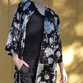 REA på äldre kimonos. Svart med mönster i vitt gör den här är fin till det mesta. Tyget är en sval och skön viskos. Fickor såklart. 🖤🤍 Och just ja, FRI FRAKT i webshoppen hela helgen med koden SEMESTER (gäller inom Sverige).